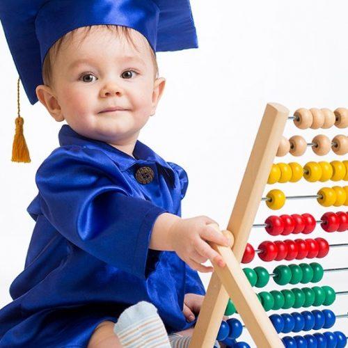 Bebé jugando con ábaco. Atención temprana en Málaga. FISUMA Salud