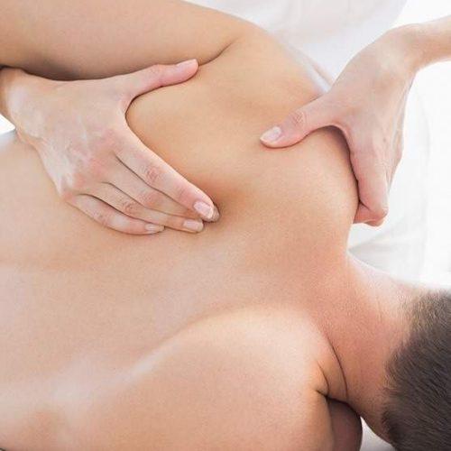 Joven recibiendo tratamiento de Fisioterapia Manual Avanzada en Málaga. Clínica FISUMA